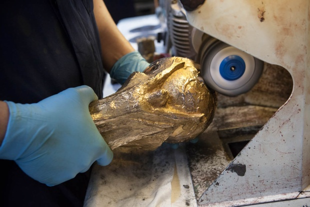 Sau công đoạn đục đẽo và chạm khắc các chi tiết, chiếc cúp được đánh bóng.
