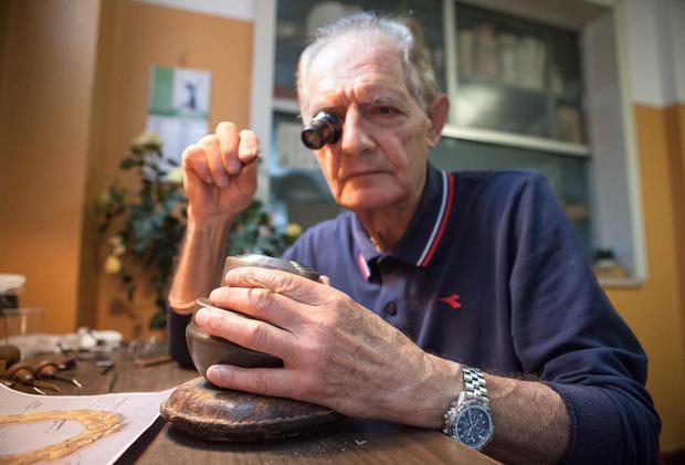 Một chuyên gia điêu khắc của công ty GDE Bertoni đang nghiên cứu khuôn mẫu các huy chương. Sản xuất huy chương vàng cho World Cup cũng diễn ra tại đây.