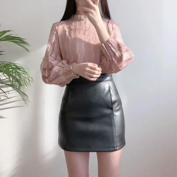 Chiếc áo với phần tay bồng cách điệu rất hợp với quý cô công sở mà nhìn vẫn vô cùng hút mắt không nhàm chán