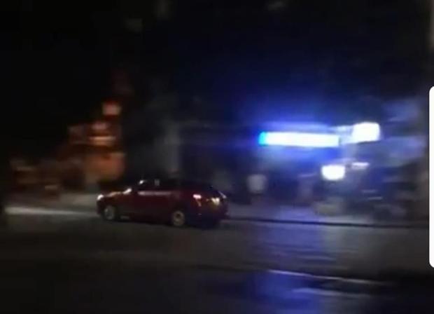 Hình ảnh xe ô tô chạy với tốc độ rất nhanh được người dân ghi lại.
