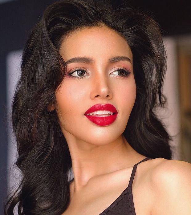 """Dàn thí sinh Miss Universe Thailand - Hoa hậu Hoàn vũ Thái Lan năm nay quy tụ hàng loạt mỹ nhân tài sắc vẹn toàn, khiến cuộc thi trở nên khốc liệt hơn bao giờ hết. Nổi bật trong 40 ứng cử viên năm nay phải kể đến """"bông hồng lai"""" - Vena Praveenar."""