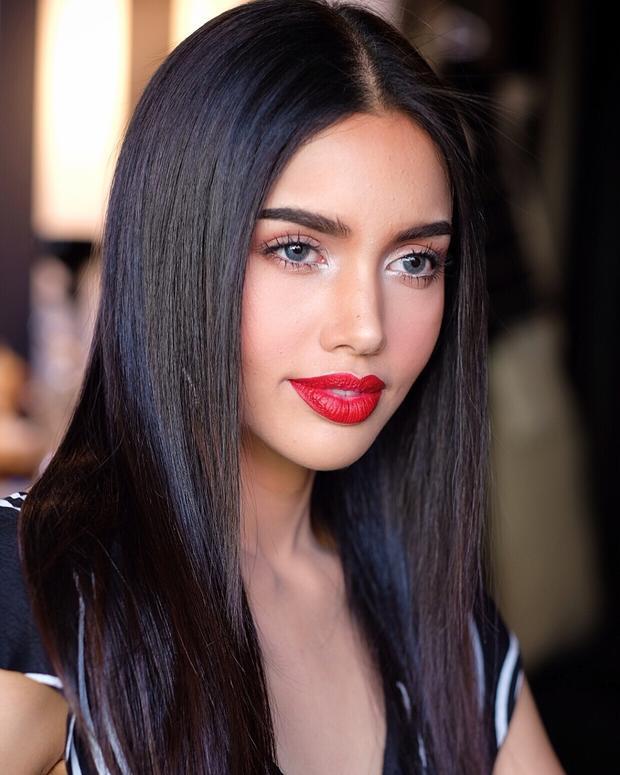 Cô năm nay 22 tuổi là thí sinh được chú ý, hút truyền thông nhất ngay từ khi cuộc thi bắt đầu. Vena gây ấn tượng mạnh bởi nhan sắc sắc sảo với bờ môi dày căng mọng, khuôn miệng rộng cùng đôi mắt to tròn chuẩn nét đẹp của châu Mỹ La tinh.