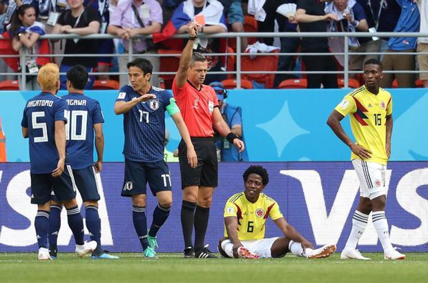 Thẻ đỏ của Sanchez là bước ngoặt của trận đấu. Ảnh: Getty.