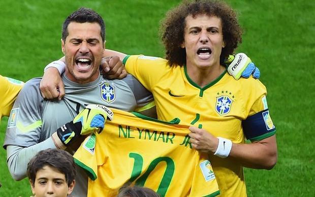 Cesar và Luiz từng khóc khi hát quốc ca trận bán kết gặp đội Đức năm 2014. Ảnh: Goal.com.