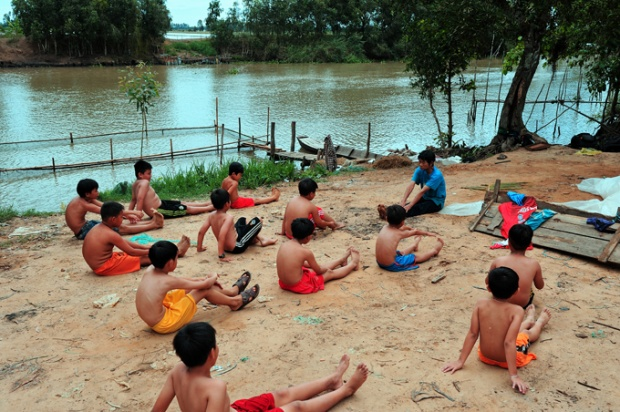 Lớp học bơi của bà Sáu diễn ra đều đặn hàng ngày trong ba tháng hè, mỗi lớp có 25-30 em.