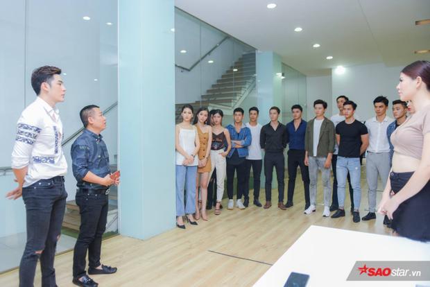 Nếu những buổi tập trước hướng về kỹ năng catwalk, thì trong buổi huấn luyện ngày 19/6, siêu mẫu Minh Trung cùng UVBCH Hội Người mẫu Việt Nam - Đạo diễn Hoàng Ngọc Sự lại rèn luyện các thí sinh cách tạo dáng, pose ảnh.