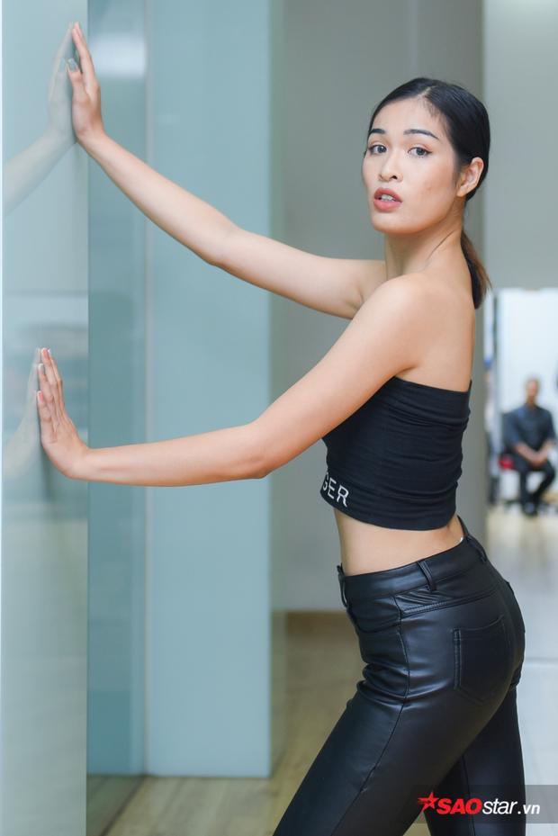 Ứng viên Siêu mẫu năm nay được yêu cầu phải tạo dáng ổ hai góc tường và liên tục thay đổi cách pose, đồng thời vẫn phải canh chỉnh thời gian để nhiếp ảnh gia kịp bắt khoảnh khắc.