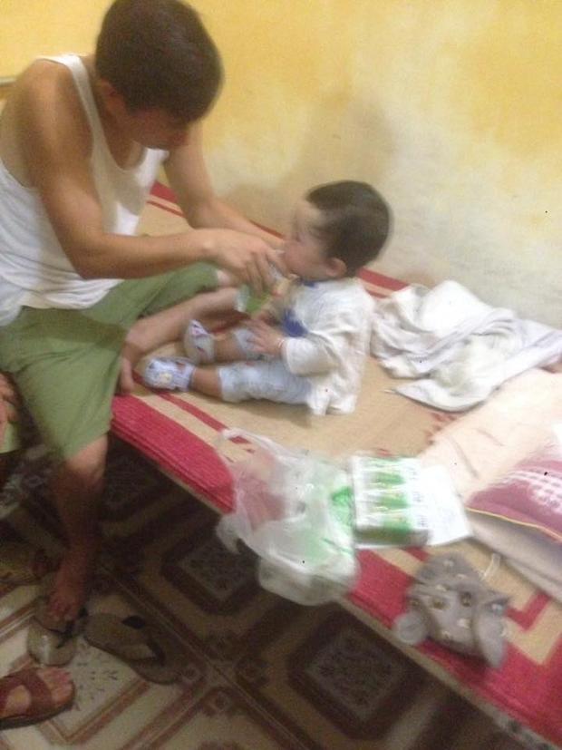 Một người nhà bệnh nhân trong bệnh viện cho bé ăn. Ảnh: Anh Nguyễn.