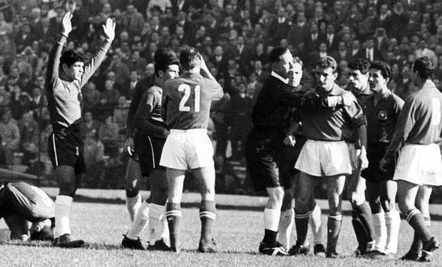 Các cầu thủ thay vì đá bóng lại liên tục lao vào tấn công lẫn nhau.