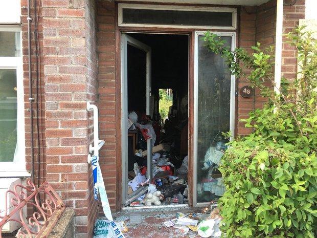 Cửa chính của căn nhà bị khóa chặt, cửa sau bị chặn bằng một chiếc tủ đông.