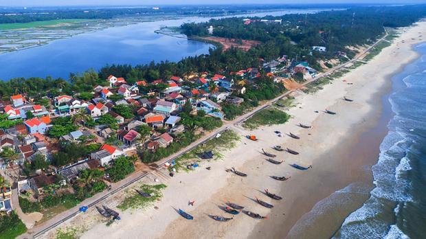 Làng bích họa Tam Thanh nằm cách TP Tam Kỳ (Quảng Nam) khoảng 7 km, một mặt giáp biển và mặt còn lại giáp sông Trường Giang.