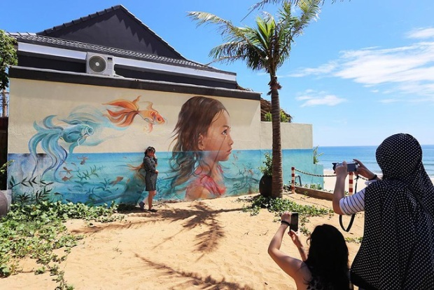 Tháng 6/2016 Quỹ giao lưu quốc tế Hàn Quốc thực hiện dự án giao lưu mỹ thuật cộng đồng Hàn - Việt tại xã Tam Thanh với hơn 100 bức họa. Dự án đã giúp làng chài hoang sơ thành làng bích họa đầu tiên ở Việt Nam, đón hàng nghìn lượt khách đến tham quan, tạo thêm sinh kế cho người dân.