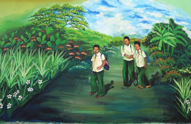 Bức bích họa tái hiện con đường đến trường của học sinh.