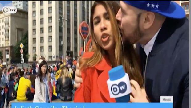 Một người đàn ông chạy vào và ôm hôn, sờ ngực Theran ngay trên sóng truyền hình.