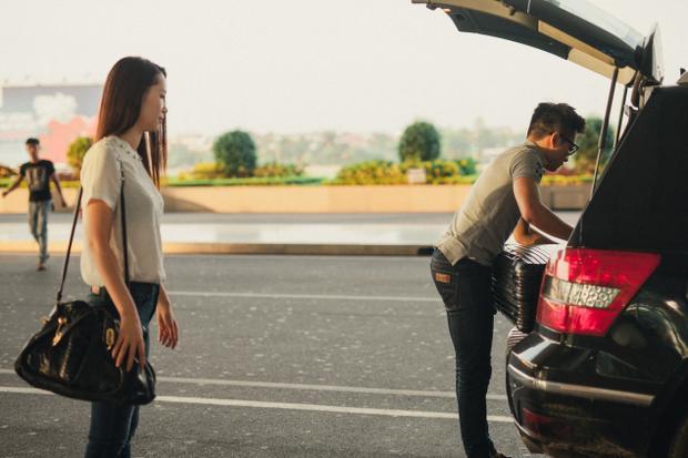 Là một người chồng tâm lý, doanh nhân Việt Thắng không để vợ phải vất vả 'chiến đấu' với hành lý cồng kềnh.