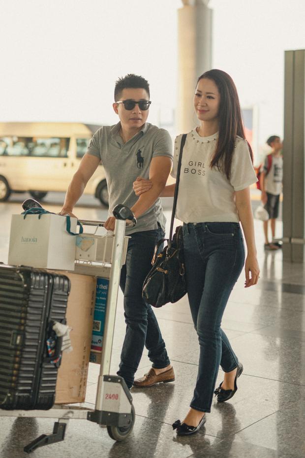 Hai vợ chồng rất tình cảm và đẹp đôi tiến vào sân bay.