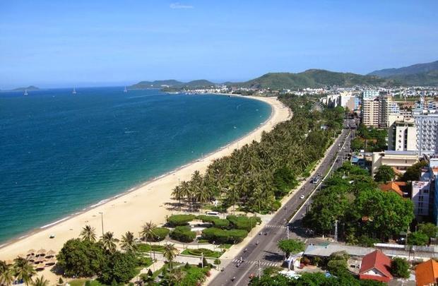 Trần Phú, Nha Trang, Việt Nam: Nha Trang là thành phố có vô số bãi biển đẹp. Trong đó, bãi biển chạy dọc đường Trần Phú là dài và đẹp nhất với rất nhiều khách sạn, khu nghỉ dưỡng, nhà hàng cùng các hoạt động sôi động về đêm. Du khách đến phố biển Nha Trang sẽ không thể bỏ qua bãi biển sạch với sóng êm và bãi cát trắng trải dài này.