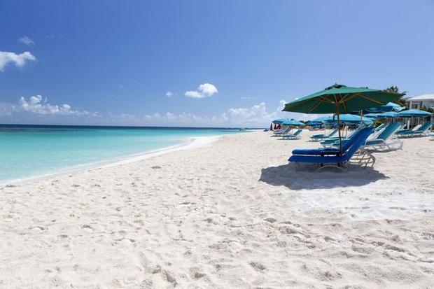 Shoal Bay, Anguilla, Vương quốc Anh: Shoal Bay là một bãi biển thuộc Angulla - một vùng lãnh thổ hải ngoại thuộc Vương Quốc Anh nhưng nằm ở vùng biển Caribe. Bãi biển ngoài cát trắng mịn, nước ấm và sóng êm, thì còn có những bờ đá đẹp cùng nhiều rong biển nổi tiếng.