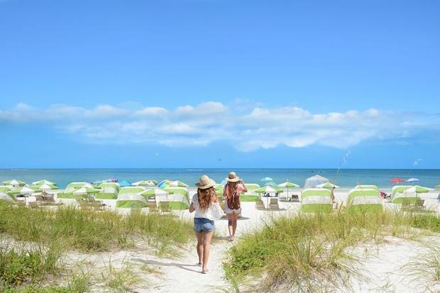Clearwater, Florida, Mỹ: Clearwater nằm ở khu vực vịnh Tampa của bang Florida, nơi du khách được thỏa sức đi thuyền, tham gia các trò chơi bãi biển hoặc đơn giản là thư giãn ở bờ cát. Clearwater không chỉ có làn nước trong xanh như tên gọi mà bãi cát cũng trắng đẹp, thích hợp cho các gia đình tụ tập và mở tiệc hải sản.