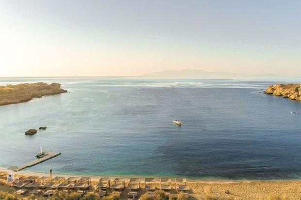 Paraga, Mykonos, Hy Lạp: Hòn đảo tiệc tùng Mykonos là nơi bạn có thể tới để nhảy múa, ăn uống suốt đêm và nằm thư giãn cả ngày bên bờ biển. Hãy đến với bãi biển Paraga để tận hưởng mùa hè với những câu lạc bộ mới mở đi kèm các bể bơi lớn, đồ ăn thuần Hy Lạp…