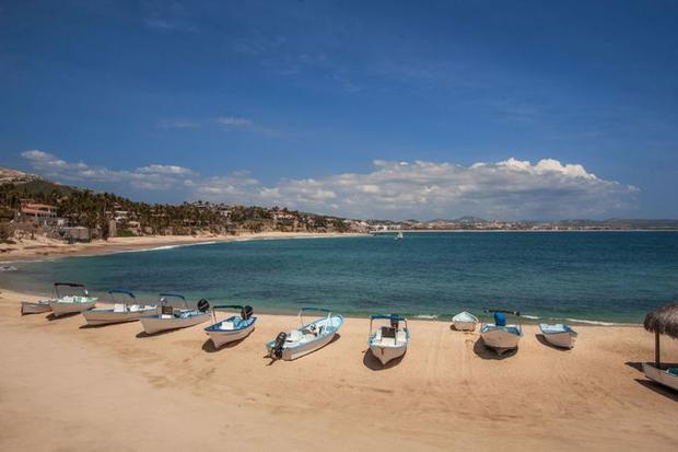 Palmilla, Los Cabos, Mexico: Khi không phải bãi biển nào ở Los Cabos du khách cũng có thể bơi lội (vì sóng lớn và mạnh), bãi Palmilla là một ngoại lệ. Thiên đường cát mịn này trải dài hơn 1,6 km này còn có vô số nhà nghỉ, khách sạn, resort sang trọng và sân golf để du khách tận hưởng sau giờ tắm biển.