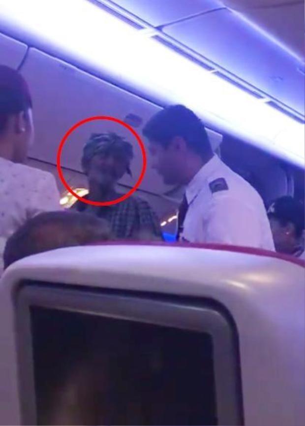 Người đàn ông ăn xin tranh cãi với tiếp viên hàng không khi họ yêu cầu ông ngồi xuống.