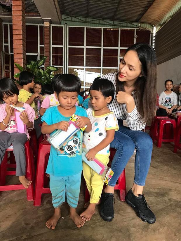 Hương Giang trìu mến chơi cùng các em nhỏ.
