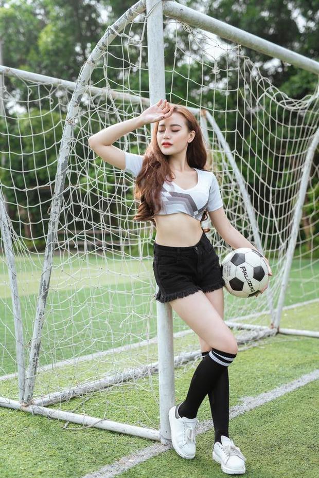 Giữa ồn ào hotgirl nói về World Cup, Anh Thư được khen ngợi bình luận hay và am hiểu bóng đá