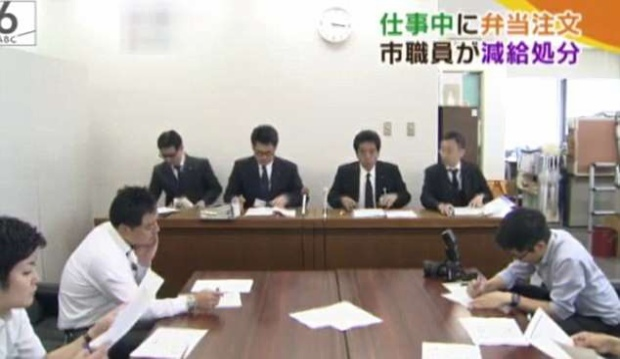 Buổi xin lỗi công khai của Công ty nước ở Nhật Bản vì nhân viên nghỉ trưa 3 phút mỗi ngày. Ảnh: Daily Mail