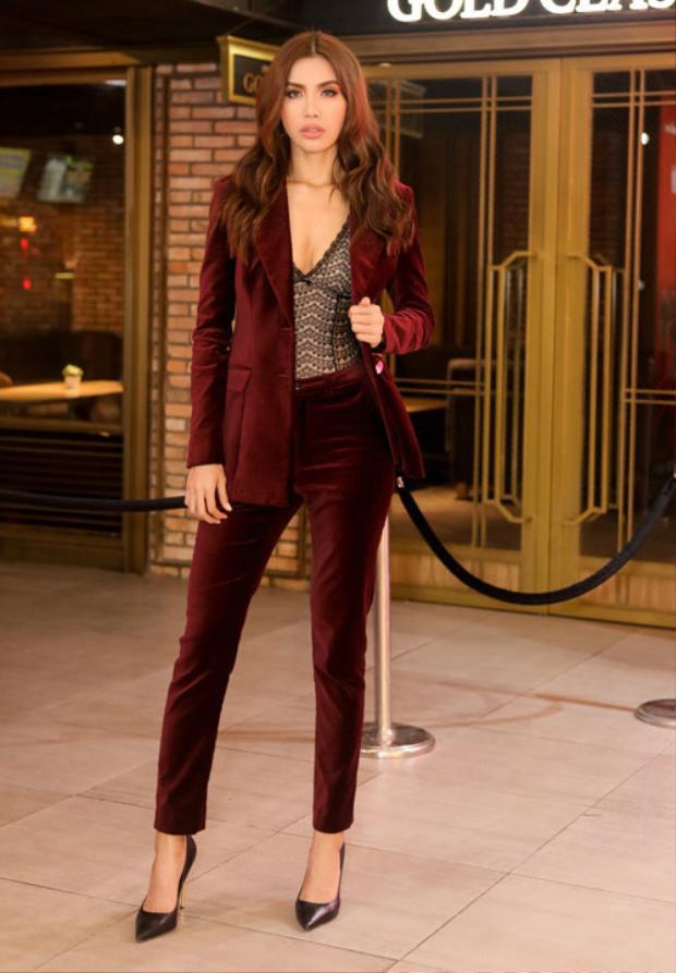 Xuất hiện tại một sự kiện ra mắt phim, cựu HLV The Face chọn phong cách thanh lịch với bộ vest màu rượu vang khá gợi cảm.