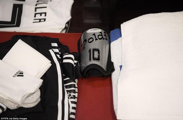Tiền đạo Thomas Muller của ĐT Đức sử dụng ốp bảo vệ ống chân có in tên Poldi, biệt danh của người đồng đội cũ Lukas Podolski.