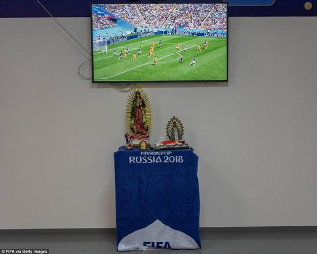 Bàn cầu nguyện được đặt trong phòng thay đồ của ĐT Argentina trước trận mở màn với Iceland (ngày 16/6) để các cầu thủ cầu nguyện.