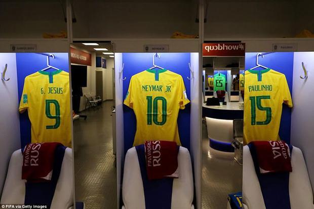 Áo đấu của Gabriel Jesus, Neymar và Paulinho đặt cạnh nhau trước trận hòa 1-1 với Thụy Sĩ.