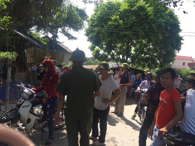 Người dân tụ tập trước trụ sở công an huyện Yên Mỹ.