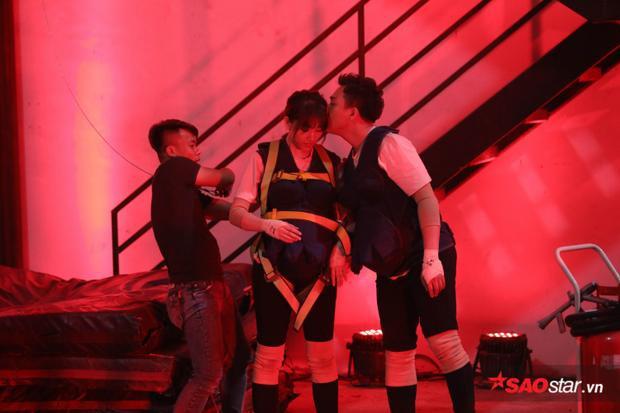 Thực hiện thử thách PCCC, Trấn Thành liên tục dõi mắt theo bà xã Hari Won