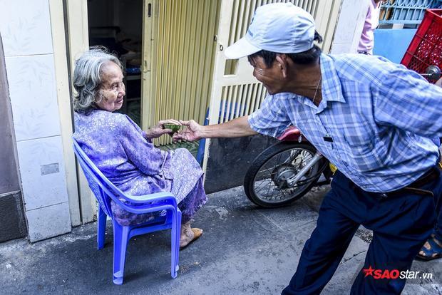 Người dân Sài Gòn đã quen với tiếng rao báo của chú Sơn.