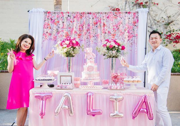 """Cặp đôi hạnh phúc trong tiệc """"Baby shower"""" của con gái."""