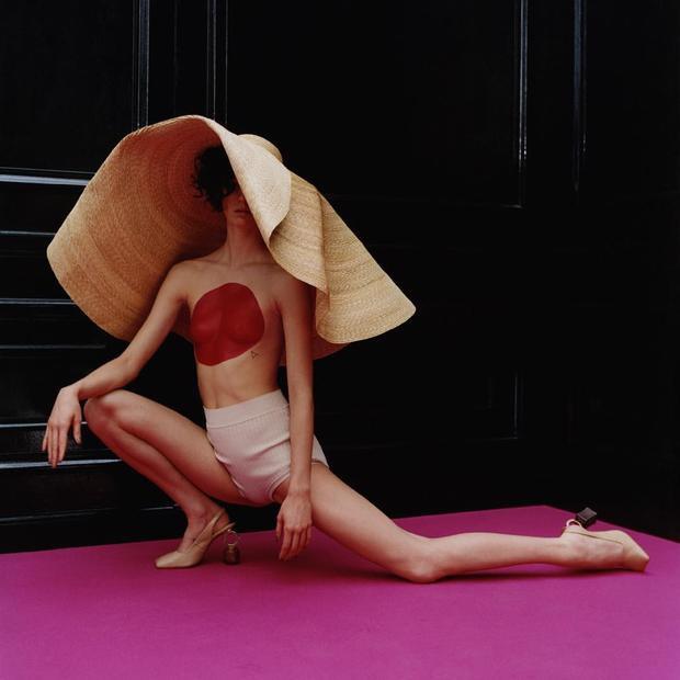 Cá tính và đầy pha cách với mũ cói rộng dáng sụp qua cách tạo dáng độc đáo của người mẫu.
