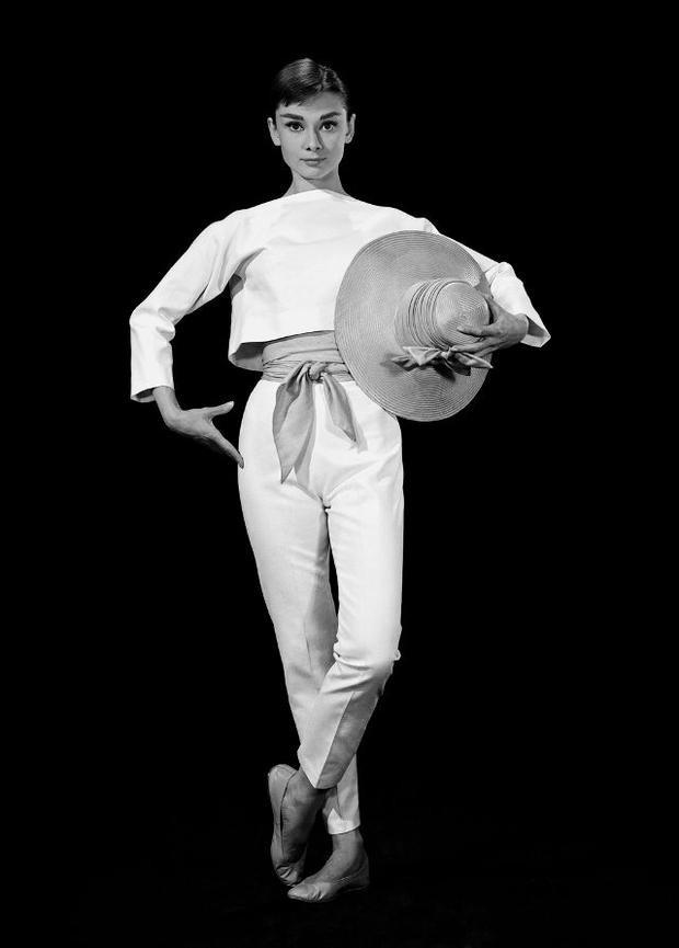 Ở một set đồ khác có phần thanh lịch với quần lưng cao và áo tay lửng, Audrey khéo léo mang cùng giày ballet satin để tăng thêm phần sang chảnh cho vẻ ngoài.