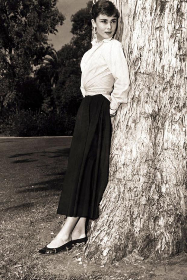 Gần như lần xuất hiện nào của bà từ đời thường đến trên màn ảnh đều có bóng dáng của những đôi giày bệt bale xinh xắn.