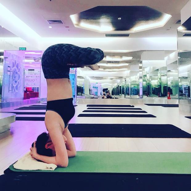 Dù đã là bà mẹ một con, Diễm Trang vẫn duy trì phong độ như thuở mới đăng quang Á hậu Việt Nam. Được biết, ngoài giờ làm việc, chăm sóc con cái, chân dài còn rất đam mê bộ môn yoga - bí quyết giúp cô giữ dáng.