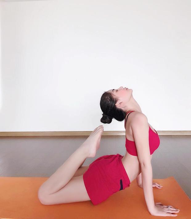 """Thời gian gần đây, Ngân Anh bắt đầu tìm đến bộ môn yoga để giúp cơ thể khỏe mạnh từ bên trong. Cô cho biết:""""Tôi tập 2 buổi trên tuần để điều hoà hơi thở, duy trì vóc dáng, đặc biệt là giải tỏa căng thẳng khi phải cân bằng giữa công việc, học tập. Yoga đòi hỏi độ dẻo và sức bền cao, tôi vẫn chưa quen sức nên đôi khiđể làm được những động tác ấy phải nhờ sự hỗ trợ của cô giáo. Động lựctập yogacủa tôi làcó thể làm hết các tư thế yoga luôn."""""""
