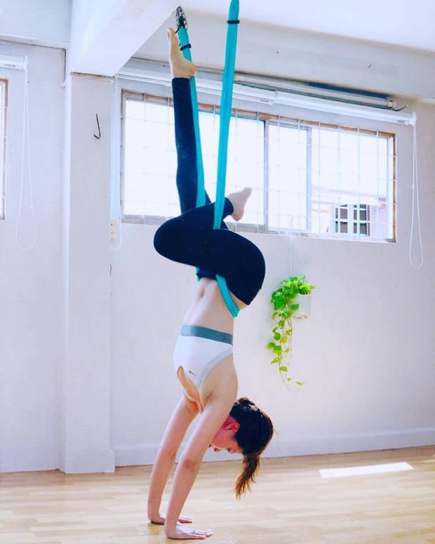 """Thông qua những hình ảnh trên trang cá nhân ta có thể thấy cô đã tập Yoga được một thời gian dài khá lâu, và bây giờ trình độ Yoga của đã đạt đến trình độ """"cực đỉnh"""". Người đẹp gốc Vĩnh Long liên tục khoe những tư thế yoga thuộc hàng thượng thừa trên trang của mình."""