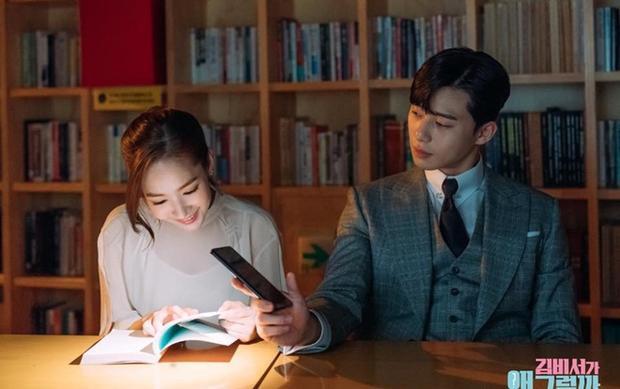 Thư ký Kim: Sau nụ hôn đầu, Park Min Young trả thù Park Seo Joon thế này đây