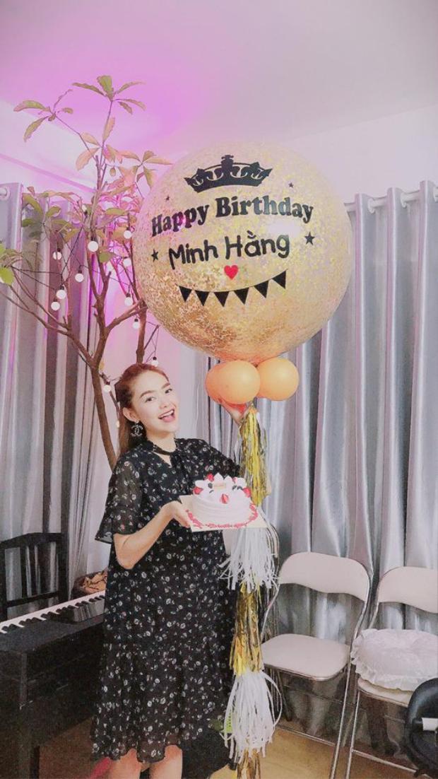 Trước đó ít ngày, Minh Hằng cũng đã được người thầy của mình tổ chức một sinh nhật sớm đầy bất ngờ.