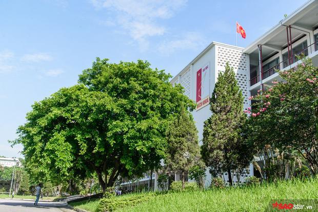 Khuôn viên trường có tổng diện tích 26 ha (lớn nhất trong các trường đại học khu vực nội thành Hà Nội) vô cùng thoáng đãng. Trong khuôn viên Bách khoa còn có hồ Tiền nước trong xanh soi bóng các tòa nhà xung quanh.