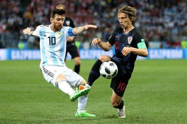 Messi hoàn toàn lu mờ trước Modric. Ảnh: FIFA.
