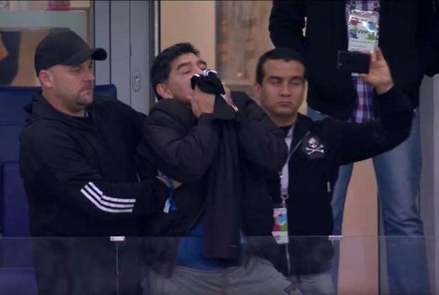 """Đầu tiên phải kể đến tình huống Maradona bất ngờ bị phát hiện đang hôn thắm thiết chiếc áo của siêu sao Lionel Messi. Thế nhưng, điều đáng nói ở đây là, chiếc áo này thuộc bộ trang phục trên sân khách và ở trận gặp Croatia thì """"Albicelestes"""" mặc áo truyền thống. Điều này khiến nhiều người tỏ ra nghi ngờ việc """"Cậu bé vàng"""" không biết hôm nay M10 cùng các đồng đội mặc trang phục nào."""