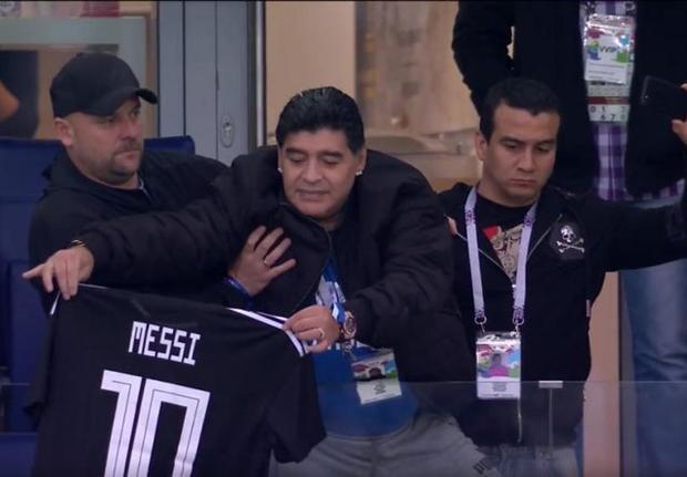 Tuy nhiên, điều này có vẻ như không quan trọng đối với Maradona khi ông vẫn tự tin khoe áo Messi trên khán đài.