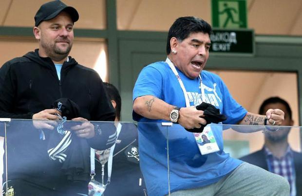 Thậm chí, huyền thoại 57 tuổi còn liên tục cổ vũ, hét vang rằng M10 sẽ lập được hat-trick để chứng minh anh là cầu thủ xuất sắc nhất thế giới.